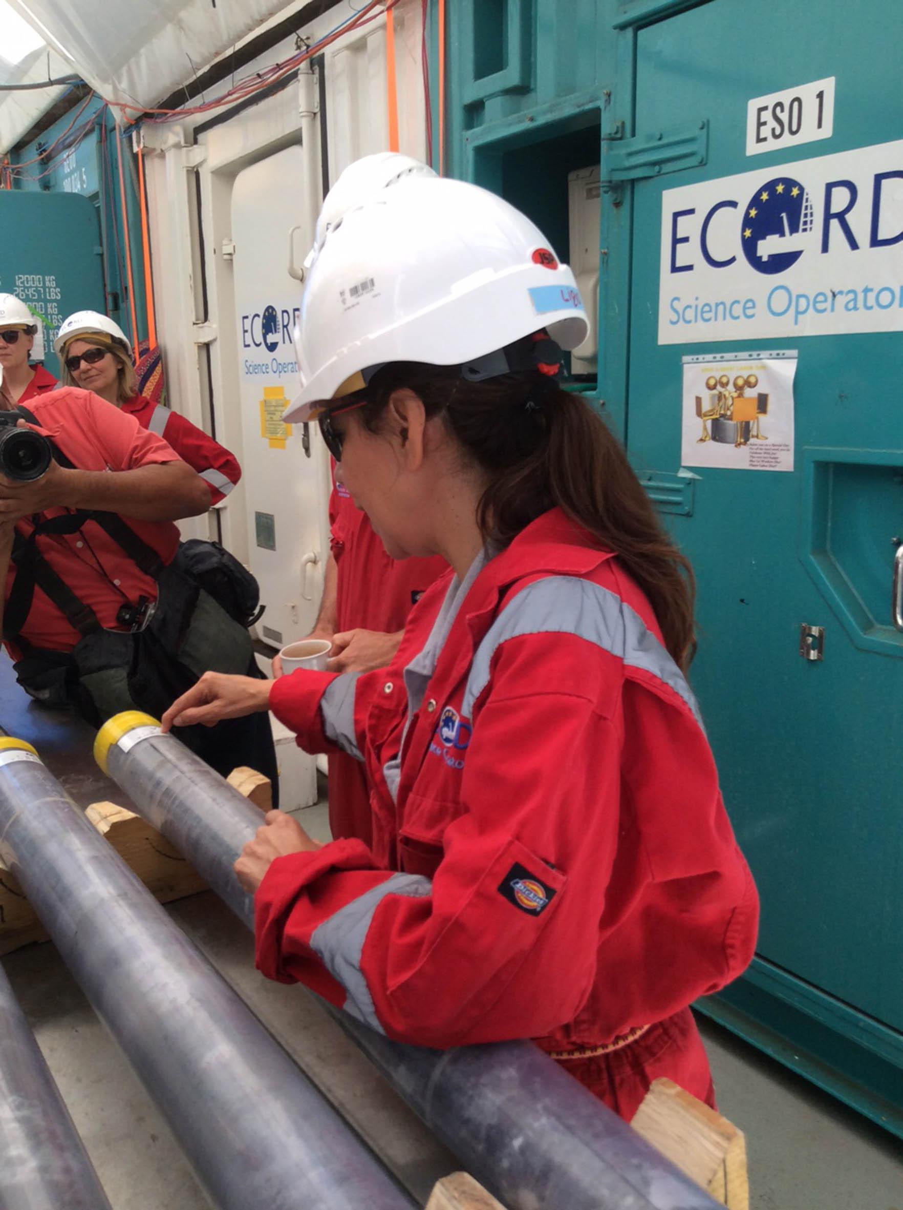 Indagan centenares de muestras obtenidas del sector marino del cráter Chicxulub-UNAM